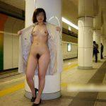 人目をはばからずおっぱいやらおマンコやらを公共の場で露出している画像51枚!